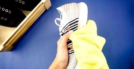 टूथब्रश के साथ जूते कैसे साफ करें