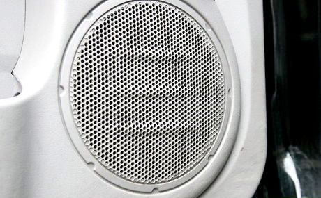 एक कार ऑडियो स्पीकर में एक छेद कैसे ठीक करें