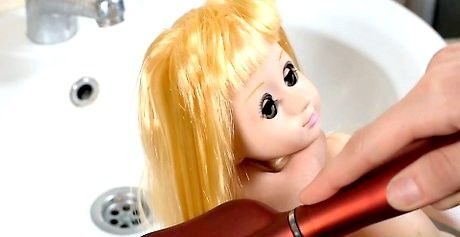 कपड़े सॉफ़्टनर के बिना गुड़िया बाल कैसे ठीक करें