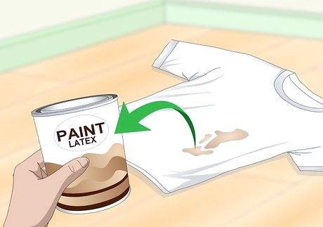 कपड़ों से सूखी पेंट कैसे प्राप्त करें